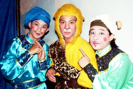NS Hồng Lân - học trò của NS Bạch Long, (giữa - đóng vai Tề Thiên) và NS Trường Hải, Chấn Cường trong vở Tề Thiên đại náo bàn Đào
