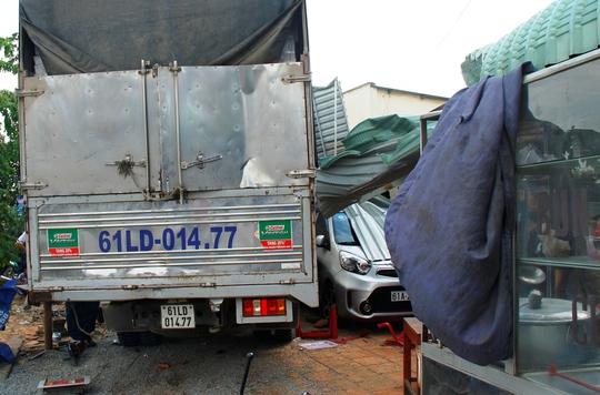Xe tải tiếp tục tông mái hiên quán ăn và làm hư hại ô tô bốn chỗ đang đỗ trước nhà