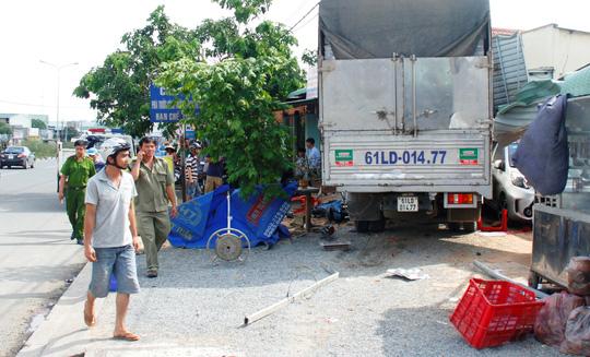 Sau khi bị xe cẩu húc, xe tải cuốn 2 xe máy vào gầm và lao lên vỉa hè
