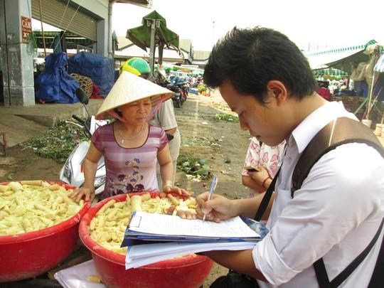 Lấy mẫu măng kiểm tra chất vàng ô tại chợ Thủ Đức