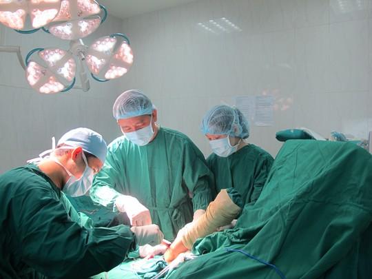 Và được các bác sĩ phẫu thuật cứu lại