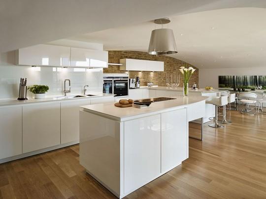 Vật liệu được lựa chọn cho bề mặt ốp tường, lát sàn nhà hay hệ thống tủ bếp cũng cần được lựa chọn sao cho phù hợp với yếu tố phong thủy.