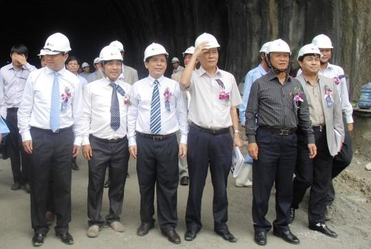 Ông Đào Tấn Lộc (thứ 4 từ trái sang), nguyên Bí thư Tỉnh ủy Phú Yên trong 1 lần thăm dự án Hầm đường bộ đèo Cả