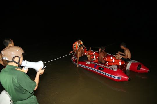 Hơn 100 cán bộ, chiến sĩ quân đội và công an đã được huy động để tìm kiếm, cứu nạn