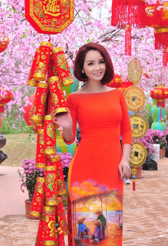 Mai Thu Huyền rực rỡ trong áo dài mùa đỏ cam