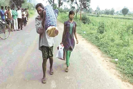 Ông Dana Majhi và con gái trên đường đưa xác vợ về nhà. Ảnh: NDTV, Indian Express