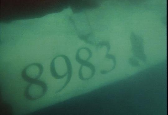 Mảnh vỡ máy bay CASA-212 ghi số hiệu 8983 chụp dưới đáy biển ngày 23-6 - Ảnh: Bộ Quốc phòng