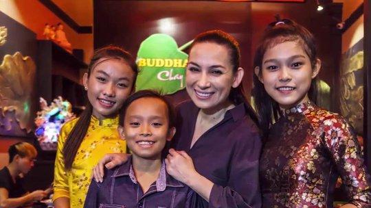 Ca sĩ Phi Nhung tự hào về con nuôi Hồ Văn cường