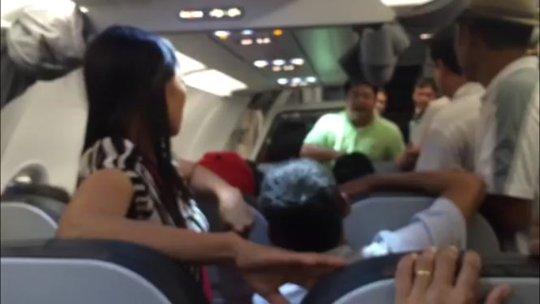 Hành khách phát ngôn có ma túy trong hành lý xách tay trên chuyến bay - Ảnh cắt từ clip