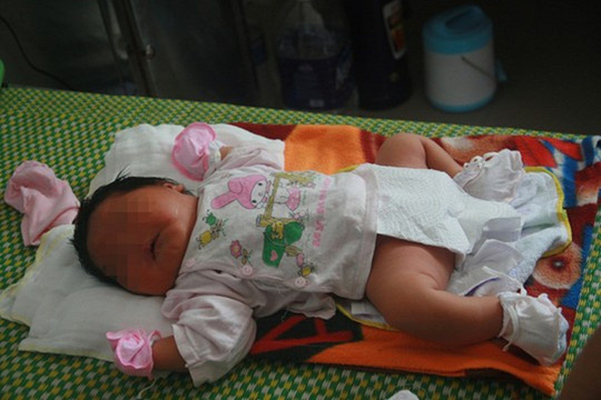 Bé gái sơ sinh nặng 5,2 kg.