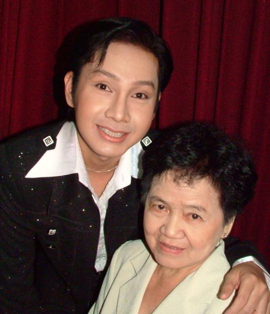 NSƯT Vũ Luân và mẹ trong chương trình Ơn nghĩa sinh thành do Nhà văn hóa Thanh Niên tổ chức năm 2008