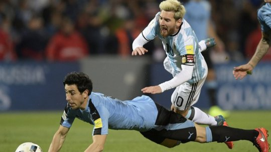 Pha bóng dẫn đến chấn thương cho Messi