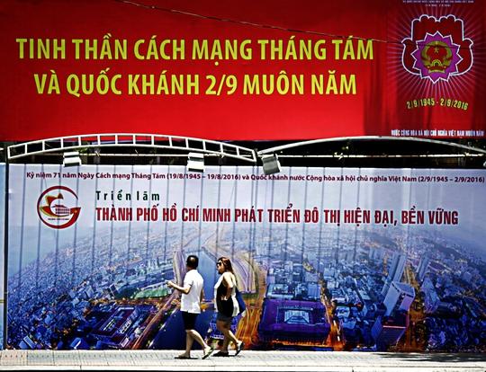 Ngày 2-9, nhiều người dân sinh sống, học tập và làm việc tại TP HCM trở về quê thăm gia đình để lại một thành phố bình yên, trong lành vắng bóng xe cộ.