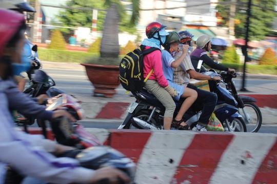 Theo nhận định của nhiều người, đường vào Bến xe Miền Đông năm nay đỡ kẹt xe, ùn ứ hơn mọi năm. Trong ảnh: Một gia đình trở về thành phố sau kỳ nghỉ lễ.