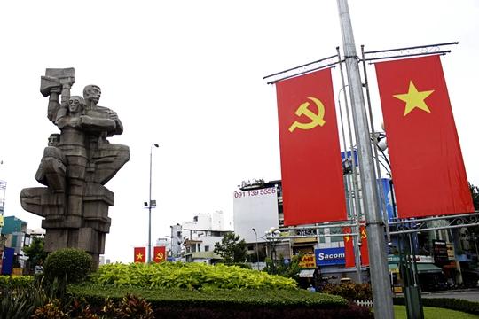 Bùng binh Ngã Bảy (quận 10) thường ngày đông đúc nay cũng vắng lặng, yên bình. Cờ Đảng, cờ Tổ quốc phấp phơi bên cạnh tượng đài.