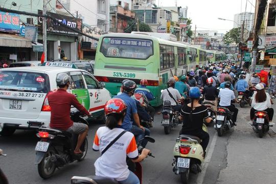 Tại khu vực bến xe Miền Đông, tình trạng kẹt xe xảy ra vào giờ chiều và giảm dần khi về đêm.