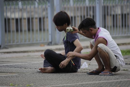 Những ống cống hôi thối dọc kênh Nhiêu Lộc - Thị Nghè cũng có nhiều người câu cá. Những người này cho biết cá câu được thường để bán chứ ít người dám mang về ăn.