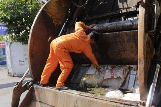 Măng thối được ép khối trong máy xúc rác rồi đưa về bãi rác Đa Phước để xử lý