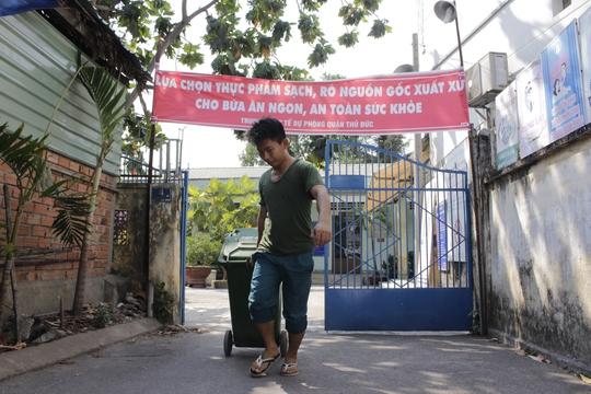 Gần 3 tấn măng nguyên liệu hôi thối tịch thu tại cơ sở bà Trang đã được Phòng Y tế quận Thủ Đức cùng chính quyền địa phương phường Tam Bình tiêu hủy.