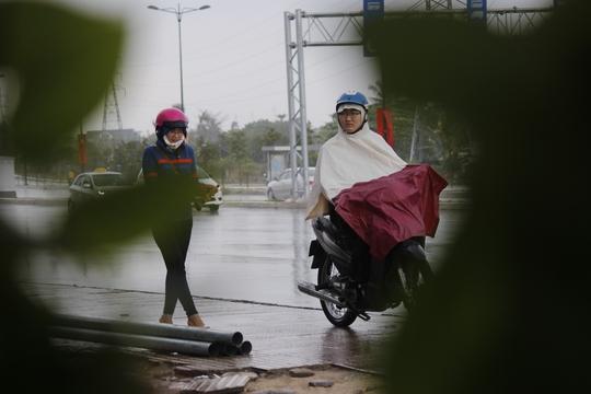 Quyết định đi bộ đón cơn mưa đầu mùa một cách lãng mạn.