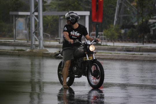 Một người nước ngoài ngơ ngác đón cơn mưa bất chợt.