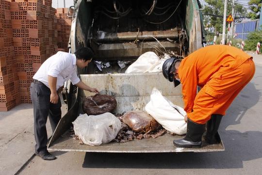 Đại diện Phòng Y tế cùng chính quyền địa phương tiến hành tiêu hủy hơn 1 tấn me bẩn.