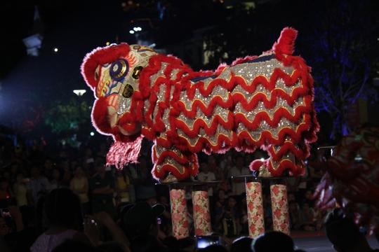 Tại phố đi bộ Nguyễn Huệ, nhiều hoạt động truyền thống được tổ chức để hưởng ứng ngày lễ trọng đại của đất nước. Trong đó, các hoạt động múa lân, múa rồng thu hút được nhiều sự quan tâm của người dân.