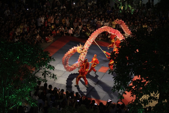 Màn múa rồng của đoàn nghệ thuật lân sư rồng Hằng Anh Đường khiến nhiều người dân tỏ ra thích thú, cả nghìn người vây quanh háo hức theo dõi.