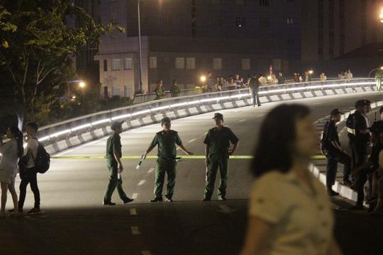 Nhiều con đường như phố đi bọ Nguyễn Huệ, đường Tôn Đức Thắng, cầu Khánh Hội đều được lực lượng chức năng phong tỏa để đảm bảo an toàn cho người dân thưởng thức màn bắn pháo hoa trên nóc hầm Thủ Thiêm (quạn 2)
