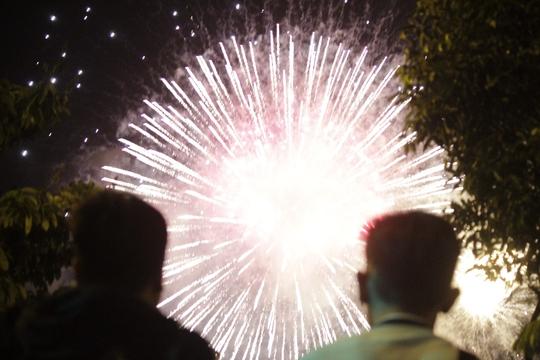 Khoảng 21 giờ, màn pháo hoa bất ngờ bắt đầu trong sự vỡ òa thích thú của người dân.