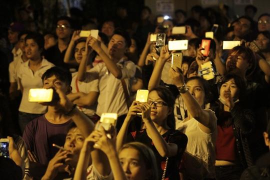 Nhiều người sử dụng máy ảnh, điện thoại để ghi lại những hình ảnh đẹp của màn bắn pháo hao chào mừng lễ quốc khánh năm nay.