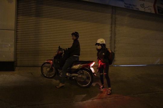 Sau khi nghỉ ngơi, đôi bạn trẻ lại tiếp tục trở về thành phố lúc nửa đêm để bắt đầu công việc sau lễ.