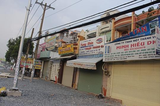 Thậm chí, nhiều hộ kinh doanh vì quá ế ẩm, không có khách nên phải đóng cửa tiệm để bụi khỏi tấn công làm hư hàng