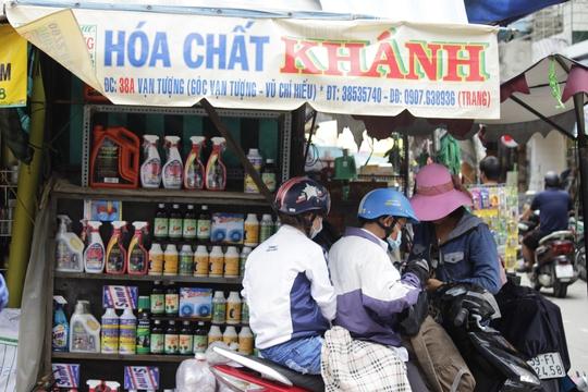 Xung quanh khu vực chợ Kim Biên có cả trăm kho chứa, cơ sở buôn bán các loại hóa chất, từ phụ gia công nghiệp, hương liệu thực phẩm đến các hóa chất độc hại đều có đủ.