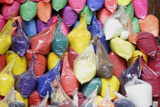 Những bọc màu nhuộm đủ sắc màu được chia nhỏ bày bán trong một cửa hàng hóa chất tại khu vực chợ Kim Biên. Những phẩm màu này rất độc hại, được dùng để pha chế màu nhuộm trong công nghiệp như nhuộm vải, sơn tường,... Nhưng không ít người mua về sử dụng làm phụ gia trong thực phẩm như sơ chế măng, dưa chua, gia cầm,...