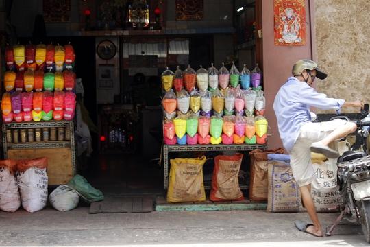 Các cửa hàng trên các con đường xung quanh chợ Kim Biên như: Phùng Hưng, Trịnh Hoài Đức, Vũ Chí Hiếu... cũng kinh doanh hóa chất sầm uất không kém. Mỗi cửa hàng đều có mối quen và thường xuyên giao hàng bằng xe máy cho khách.