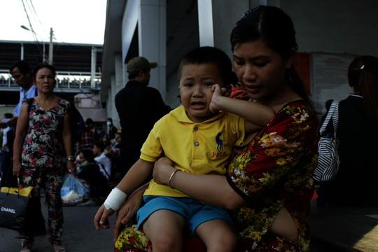 Chị Nguyễn Thị Linh, mẹ bé Quốc Thái (4 tuổi) cho hay chị đưa con lên TP HCM để điều trị tay bị nứt xương. Chiều 1-9, chị mua vé về Cần Thơ chuyến 16 giờ nhưng đợi đến tối xe vẫn chưa xuất bến. Quá mệt mỏi, bé Thái nằm khóc lả bên mẹ.