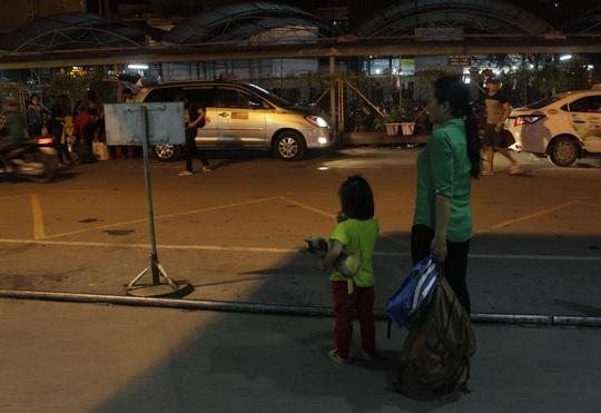 Người lớn đã rất mệt mỏi, những em nhỏ theo bố mẹ cũng phải thức khuya, vật vạ nơi bến xe đến nửa đêm vẫn chưa được về quê.