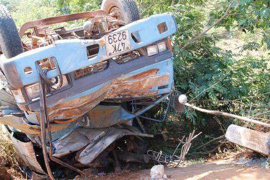 Vụ tai nạn khiến tài xế và phụ xe mắc kẹt trong cabin được mọi người giải cứu trong tình trạng nguy kịch