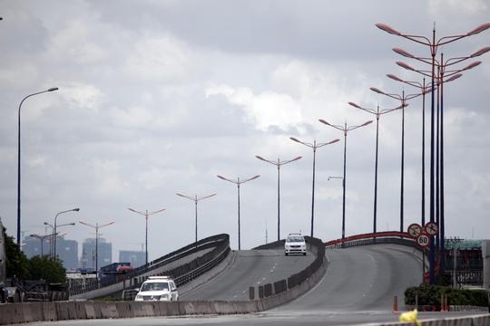 Cầu vượt Thủ Đức nơi cửa ngõ TP HCM vốn nhộn nhịp, nay cũng vắng xe qua lại.