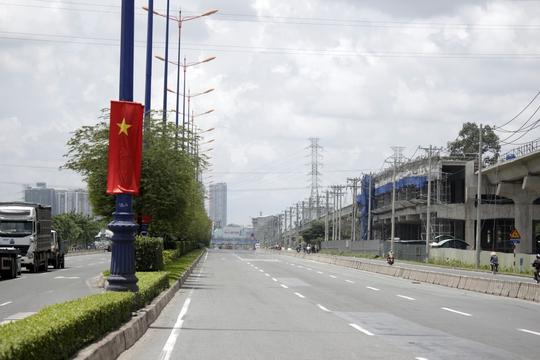Không khói bụi, ồn ào như ngày thường, xa lộ Hà Nội bỗng nên thơ với hàng me xanh mướt trong màn sương mờ ảo lúc sớm mai