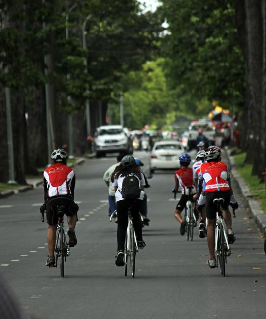 Nhiều người tranh thủ khoảng thời gian vắng xe cộ, ít ô nhiễm để đạp xe khám phá thành phố.