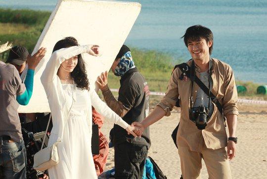 Minh Hằng và quý Bình trong 1 cảnh quay tại đồi cát Phan Rang