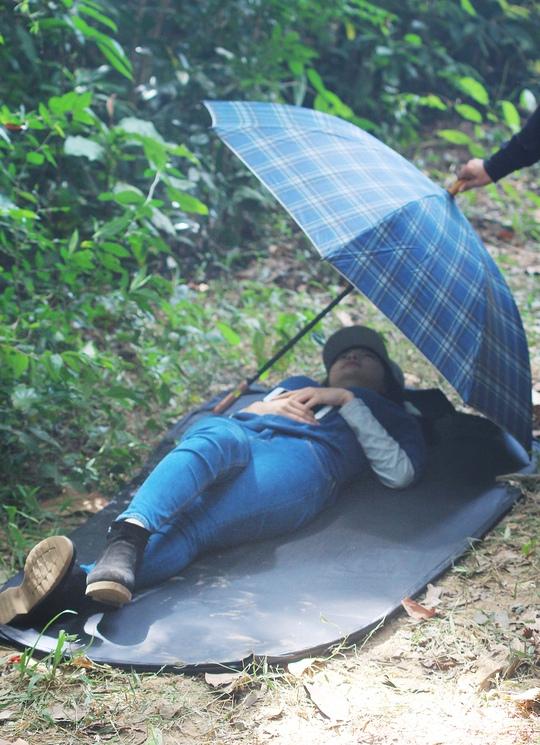 Minh Hằng tranh thủ ngủ trên phim trường