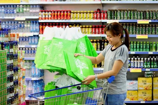 Khách mua hàng tiết kiệm điện tại Co.opmart và Co.op Xtra trong ngày 19-3 sẽ được tặng túi môi trường xanh