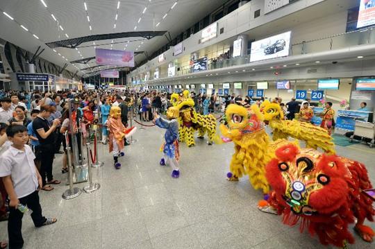 Đội múa lân chào đón khách nhí tại sân bay Đà Nẵng