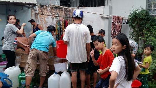 Trong khi người lớn tranh thủ múc nước giếng về nhà sử dụng thì những đứa trẻ hồn nhiên đùa giỡn sau khi được tắm mát.