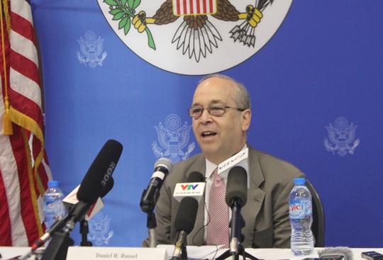 Trợ lý Ngoại trưởng Mỹ đặc trách Đông Á - Thái Bình Dương Daniel Russel trong cuộc gặp gỡ báo chí sáng nay 10-5 tại Hà Nội - Ảnh: Dương Ngọc