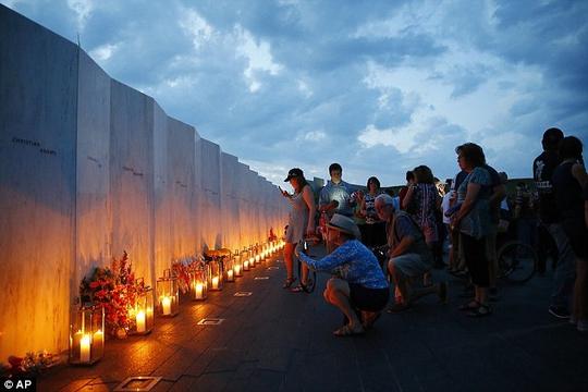 Người dân Mỹ tưởng niệm các nạn nhân trong vụ khủng bố 11-9-2001 Ảnh: AP