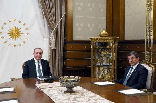 Tổng thống Tayyip Erdogan (trái) và Thủ tướng Davutoglu trong cuộc họp riêng. Ảnh: AP